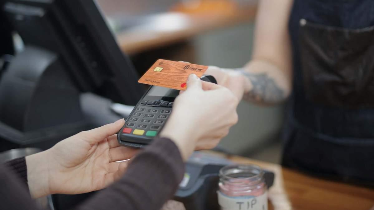 Дерев'яна дебетова картка TreeCard – Ecosia вклала гроші